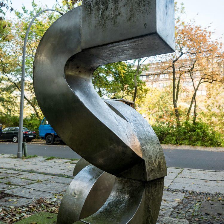 Edelstahlskulptur von Volkmar Haase (Teil eines Gesamtkunstwerkes der TU-Berlin)