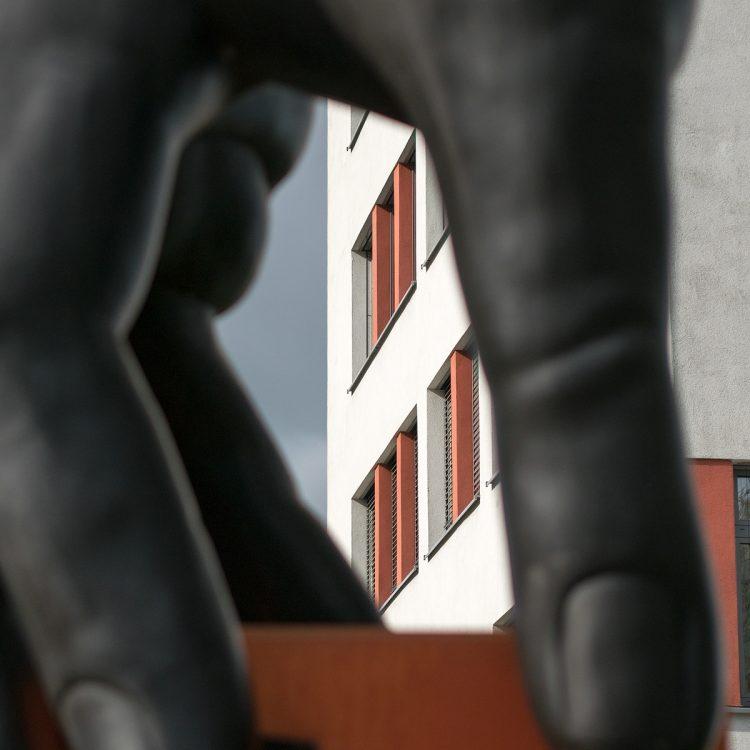 'Hand mit Uhr' von Joachim Schmettau (1975)