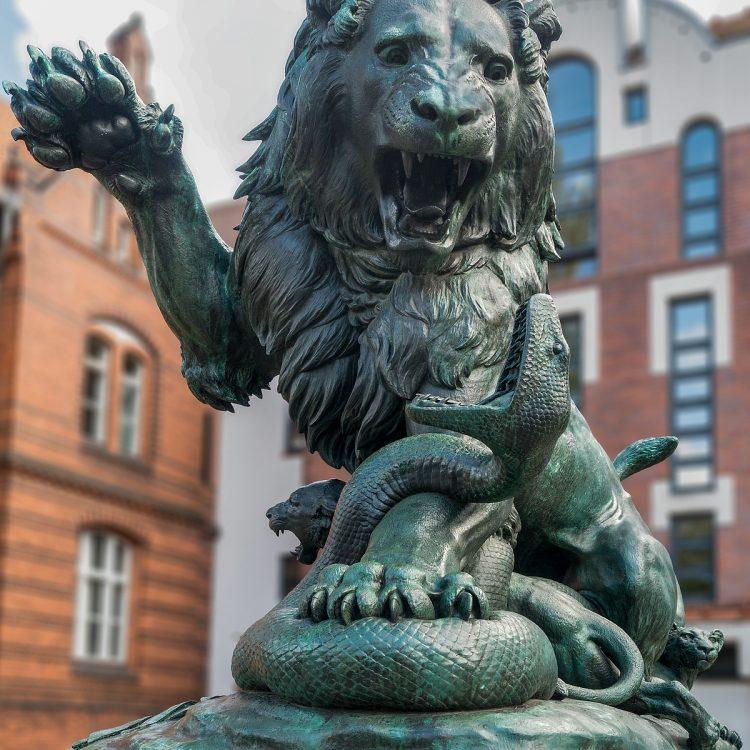 Löwe mit Jungen (Kampf der Gerechtigkeit gegen Falschheit und Lüge) von Albert Wolff