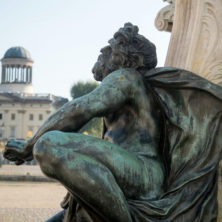 Sklavenskulpturen am Reiterstandbild des