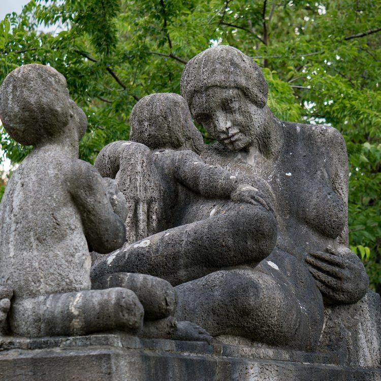 Skulptur Mutter mit Kindern von Walther Kniebe (1914)
