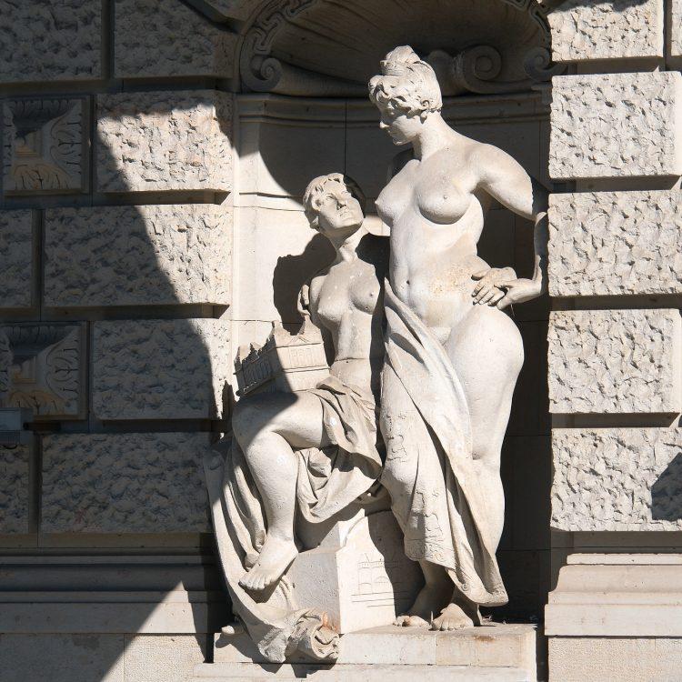 Skulptur am Theater des Westens