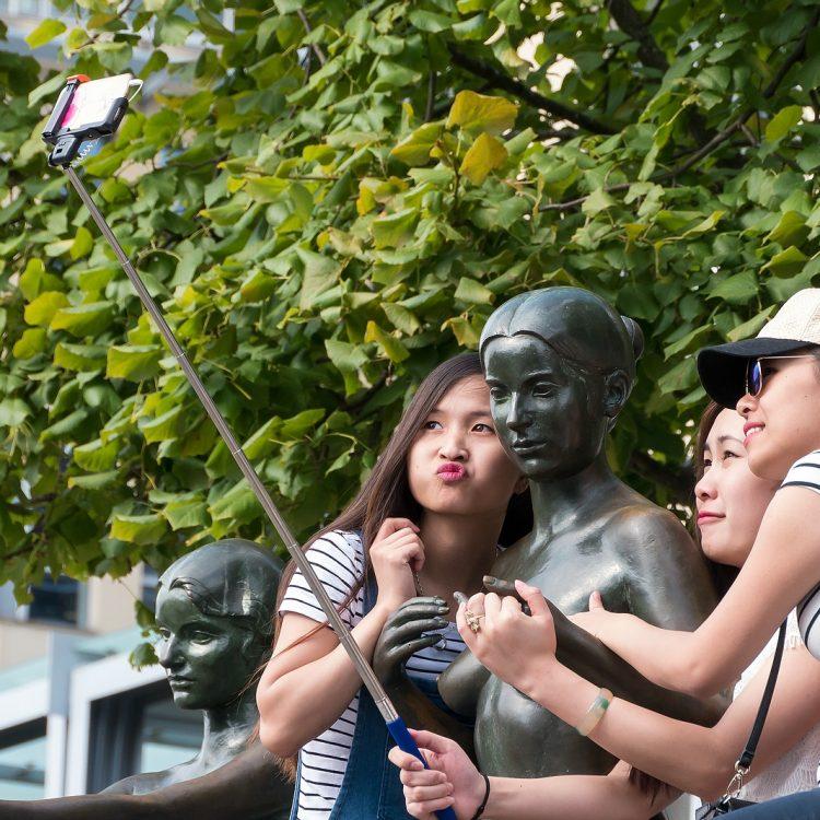 Kaimauerskulpturen 'Drei Mädchen und ein Knabe'