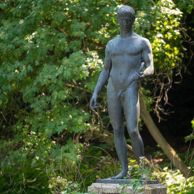 Der Sieger von Wilhelm Wandschneider ist eine Bronzeskulptur, Skulptur von Wilhelm Wandschneider im Tiergarten