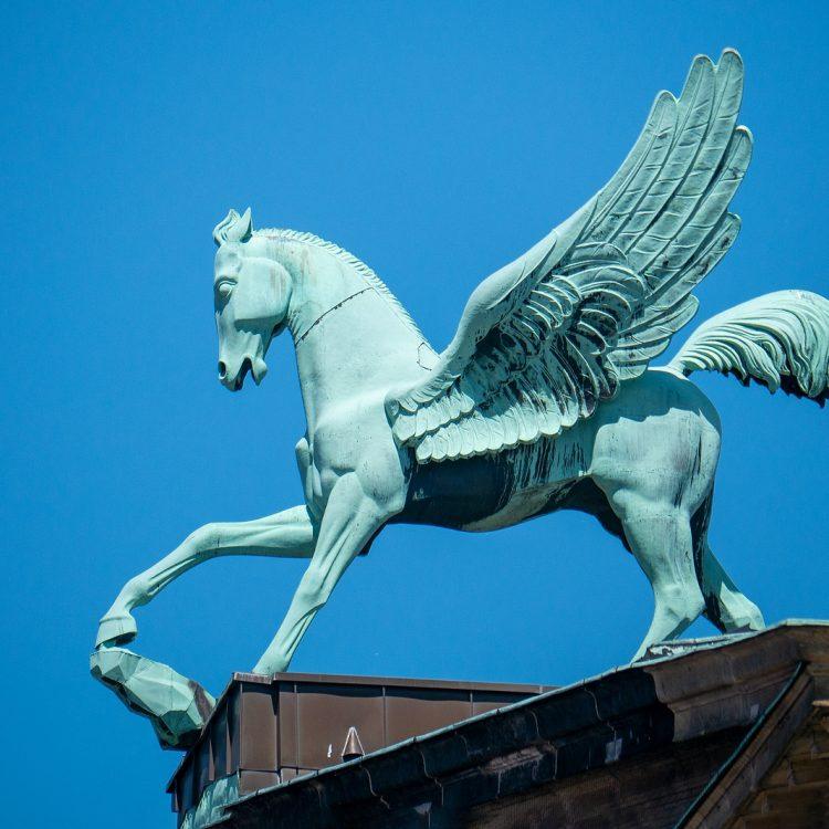 Pegasus von Peter Laduch, Geflügeltes Pferd aud dem Dach des Konzerthauses am Gendarmenmarkt.