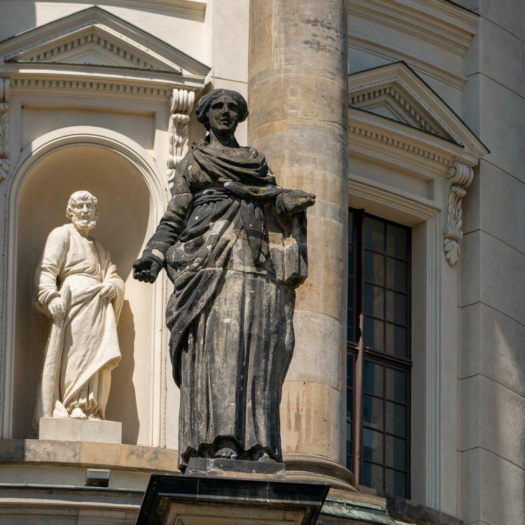 Statuen am Französischen Dom