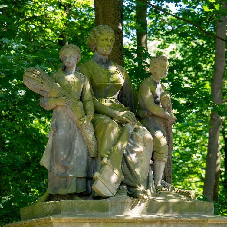 Der Tritonbrunnen am Großfürstenplatz im Tiergarten in Berlin. Der eigentliche Brunnen wird von allegorischen Figurengruppen flankiert, die die vier