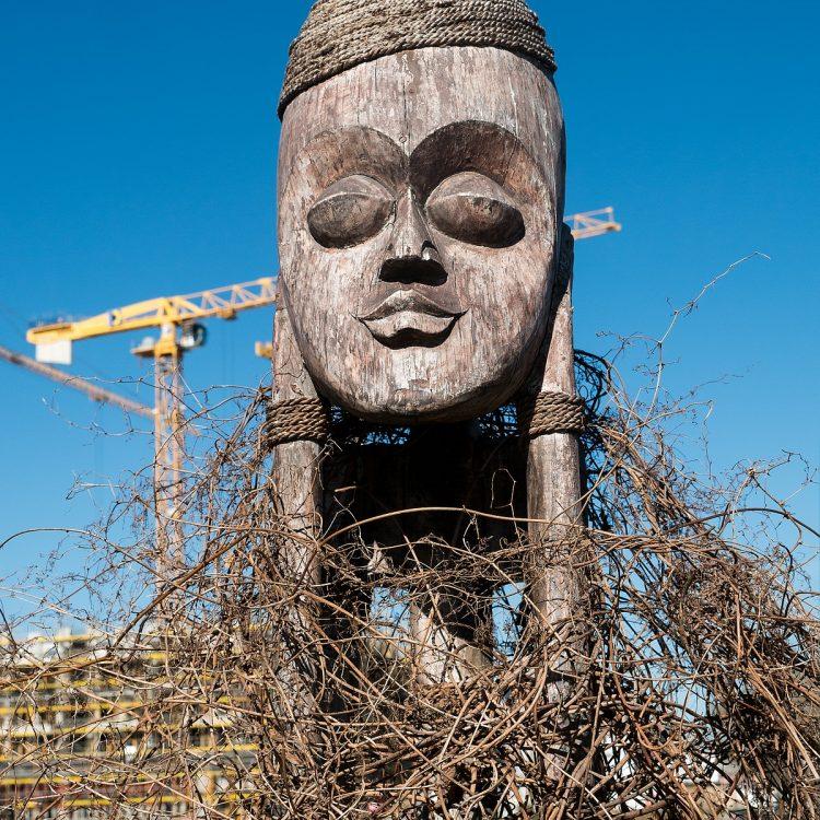 Holzmaske von Unbekannt an der Spree.