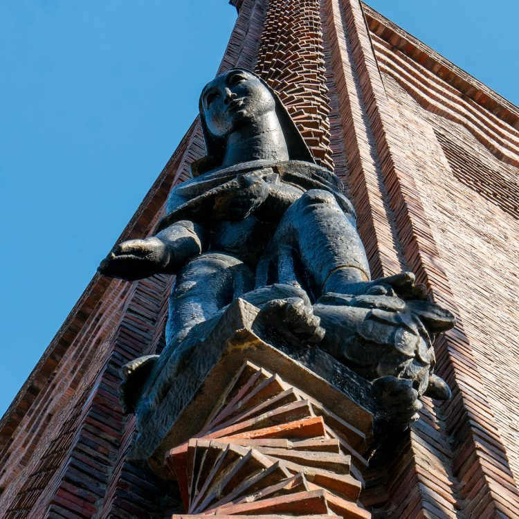 Kreuzkirche am Hohenzollerndamm, Figur von Carl Esser