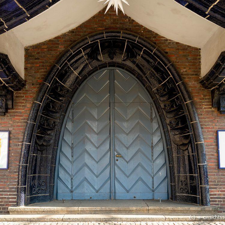 Portal der Kreuzkirche am Hohenzollerdamm
