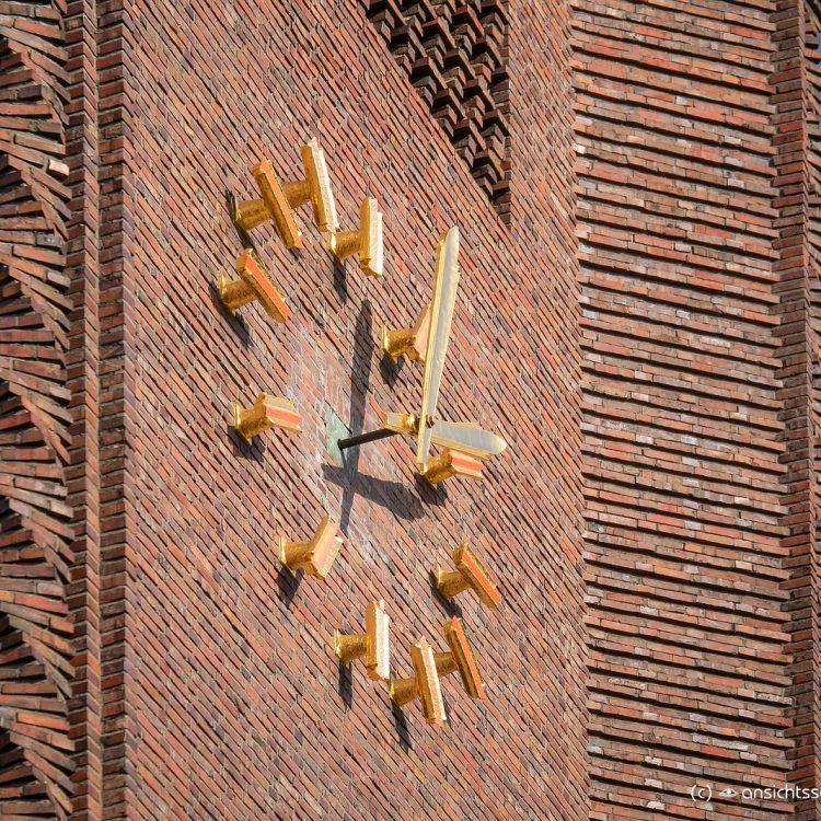 Kreuzkirche am Hohenzollerndamm, Turmuhr