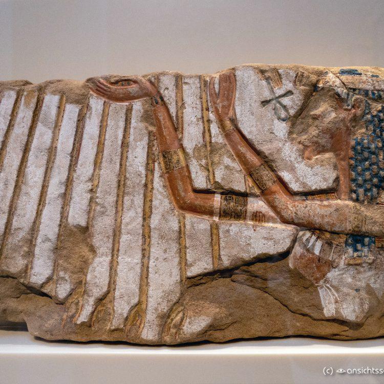 Neues Museum Nofretete vor dem Strahlenkranz des Aton