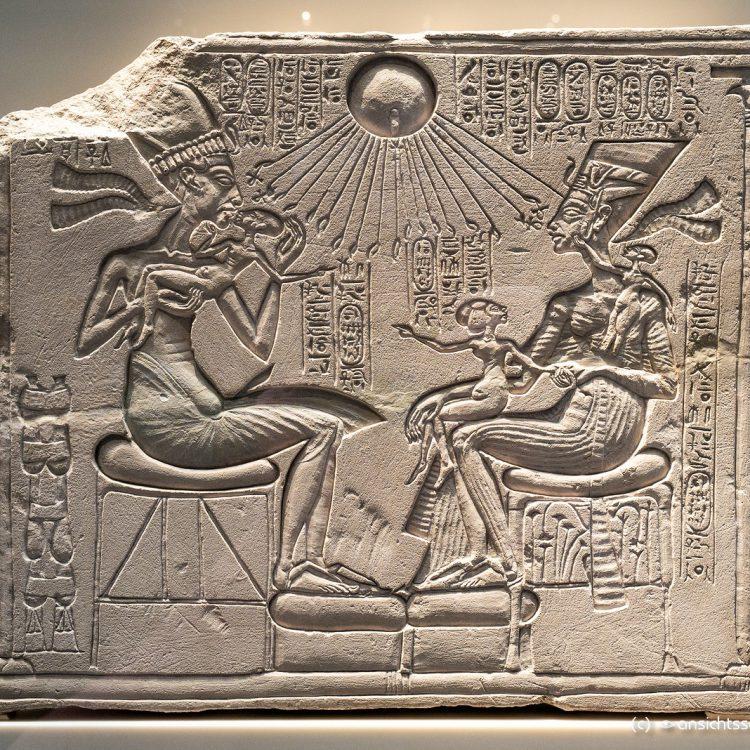 Neues Museum, Echnaton, Nofretete und drei ihrer Töchter