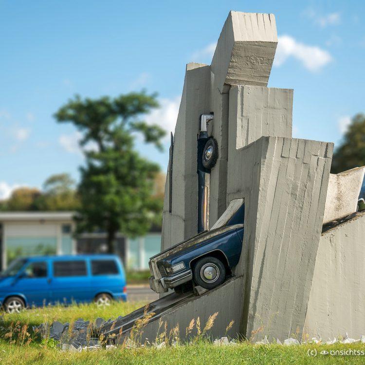 Zwei Beton-Cadillacs in Form der nackten Maja von Wolf Vostell (1987)