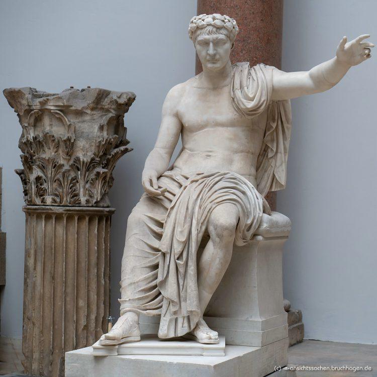 Sitzstatue eines Römischen Kaisers mit aufgesetzdem Kopf des Trajan