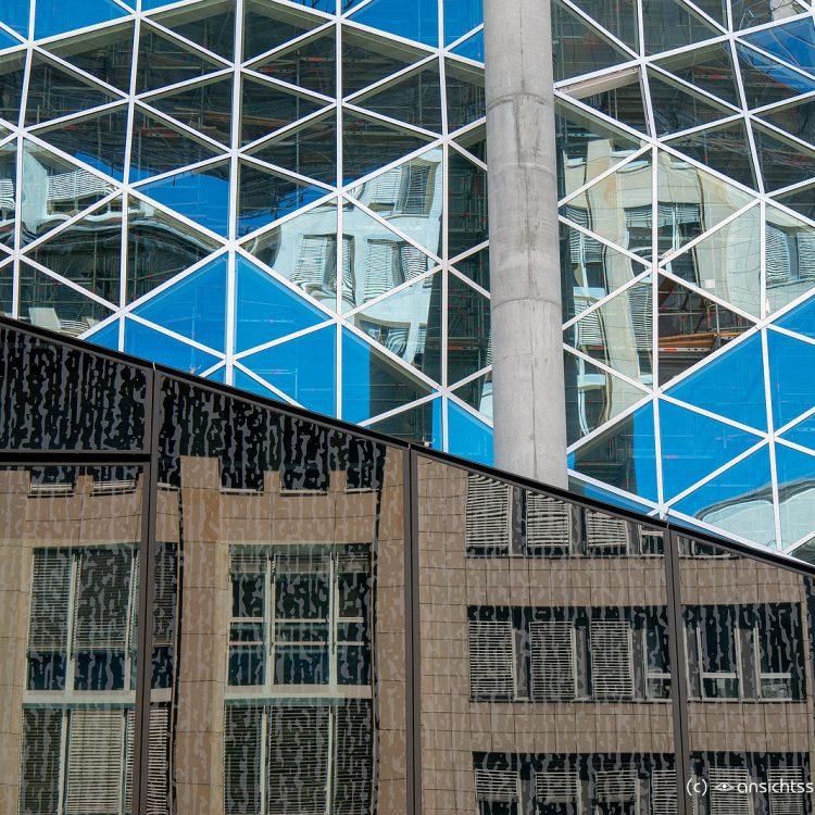 Spiegelung des Mosse-Hauses im neuesten Springer-Erweiterungsbau