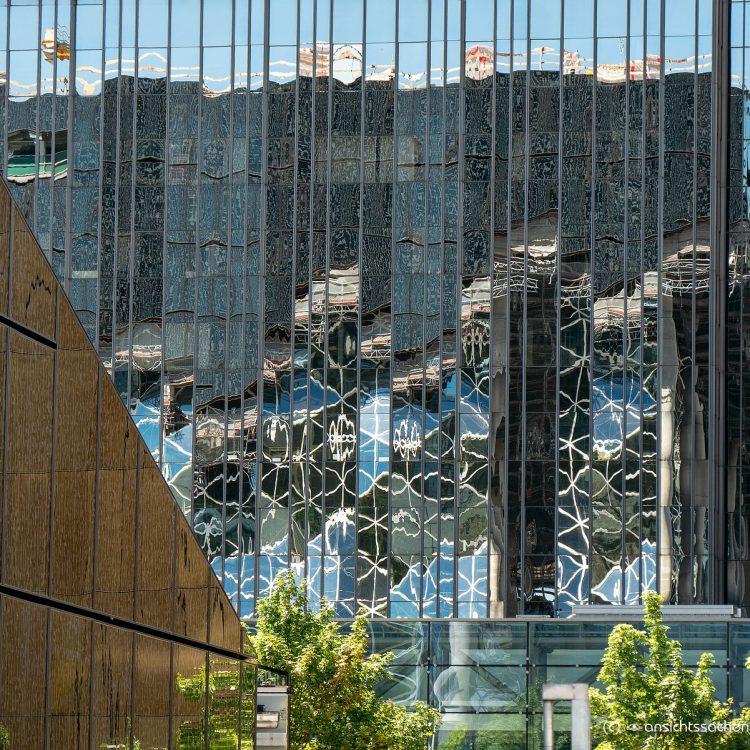 Spiegelung des neuesten Springer-Erweiterungsgebäude im Springer-Hochhaus