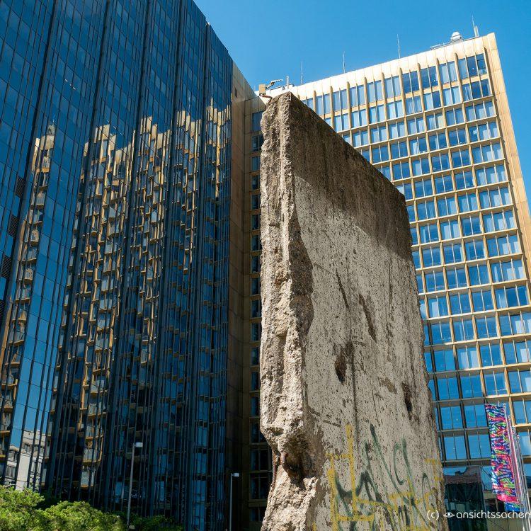 Springerhochhaus mit Teilstück der Berliner Mauer