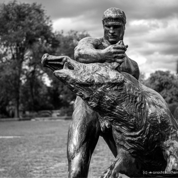 Herkules und der erymanthische Eber von Louis Tuaillon (1904)